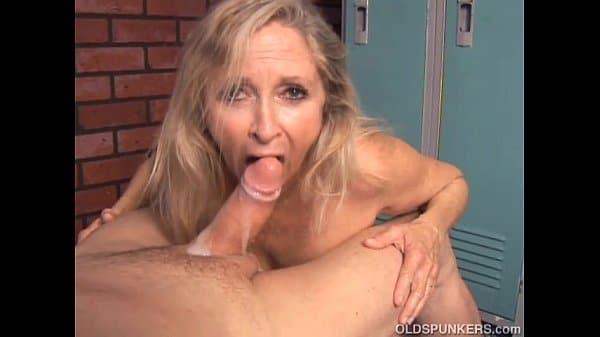 Ela e experiente fazendo um boquete