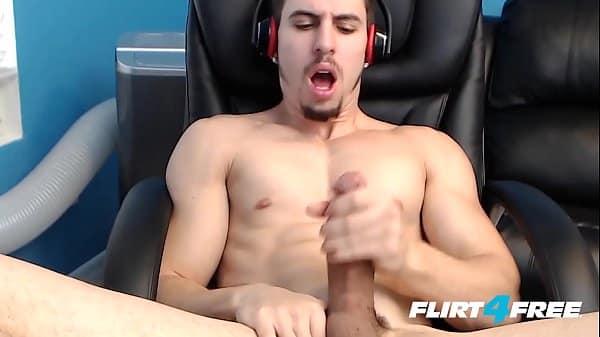 Homem de pau grande se masturbando e gozando na web cam