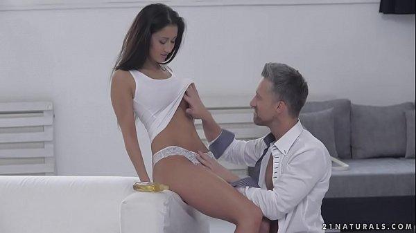 Sex hot com casal jovem no sofa