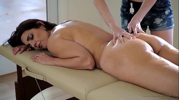 Sexo na massagem com cliente lésbica safada