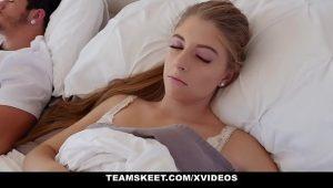Sexo teen na cama toda linda levando rola