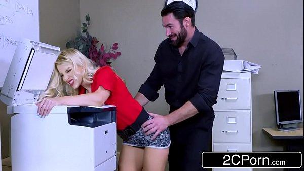 Patrão fodendo empregada é pego no flagra
