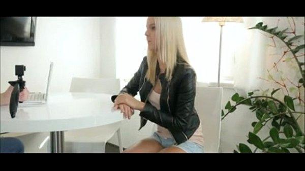 Tvbuceta com loirinha gostosa sentado na piroca