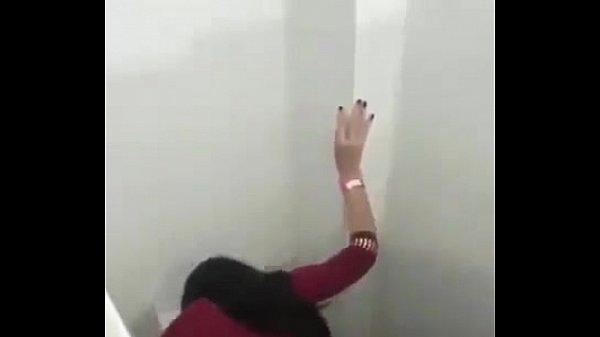 X vidios metendo dentro do banheiro da balada