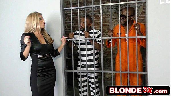 Loira Safada Fodendo Dentro Da Cadeia Com Homens Negros