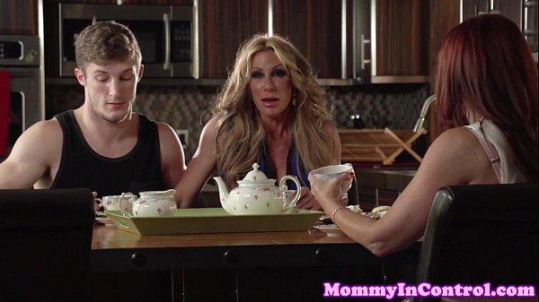 Mãe flagra filho fodendo sua namorada gostosa