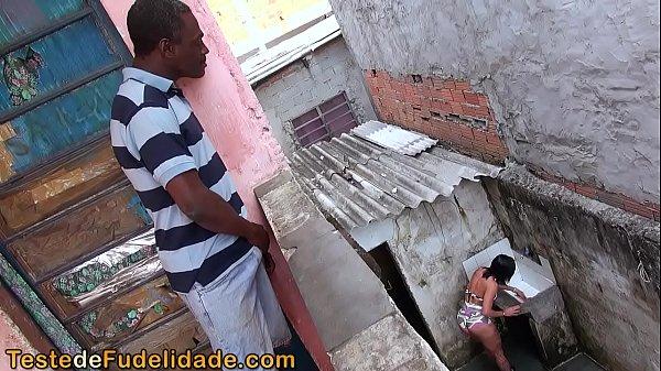 Negão espiando a vizinha gostosa na favela