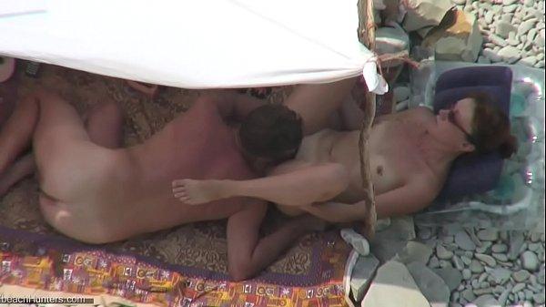 Safada se masturbando na praia de naturalismo