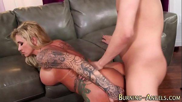 Casal tatuado trepando na sala e filmando