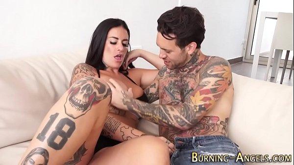 Mulher tatuada e homem tatuado fazendo sexo