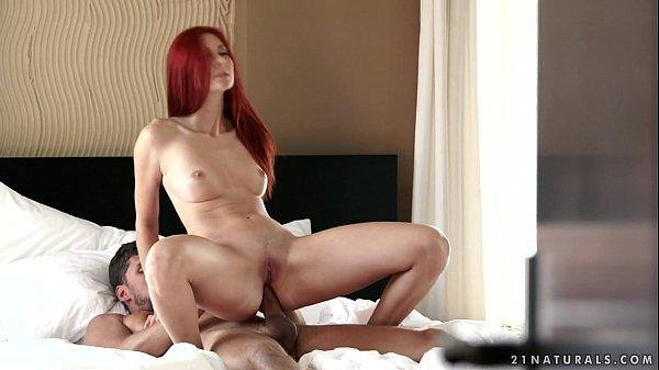 Ruiva sexy fudeno cuzinho no video de sexo anal