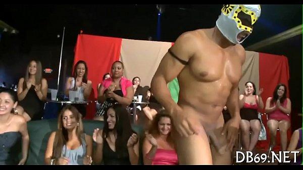 Safadas chupando pau na festa