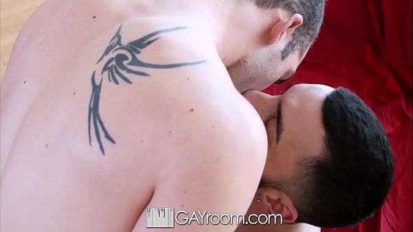 Sexo gay fudendo parceiro com camisinha no pau