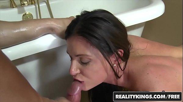 Sexo que aconteceu no banheiro fudendo duas gostosas