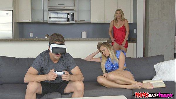 Sexo safado fudendo duas putinhas no sofá da sala