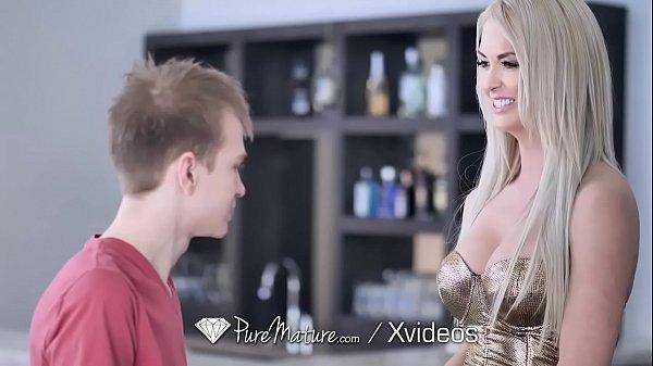 Gostosa mulher madura do porno transando com garoto