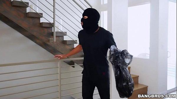 Ladrão negro metendo a pica na filhinha de papai