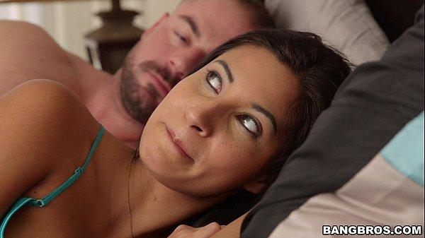 Morena que viu ele dormindo e ficou com a xota molhada