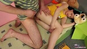 Pai fazendo sexo com a filha novinha