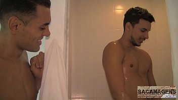 Vídeo de sexo entre dois homens gays jovens