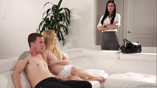 Mãe flagrando filha ninfeta fodendo com namorado