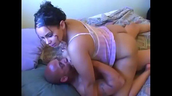 Bunduda faz macho dotado gozar várias vezes na sua buceta quente