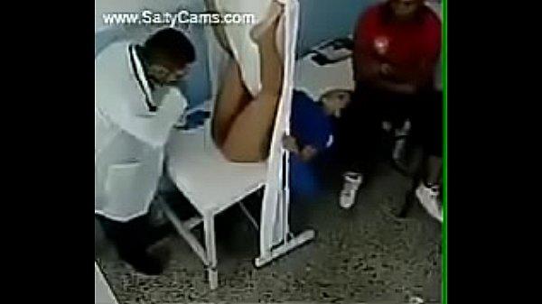 Ginecologista chupa a buceta cheirosa da paciente casada