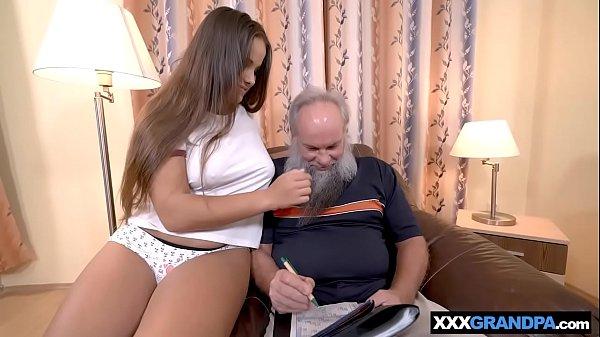 Incesto neta peituda chupa e faz sexo com avô coroa barbudo