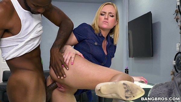 Loira vagabunda no porno fodendo com negro dotado