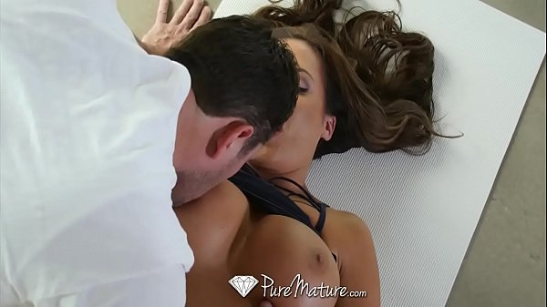 Vídeo da coroa loira de cabelo curto no sexo oral