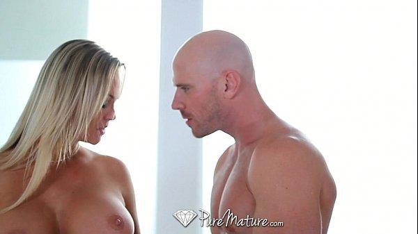 Casada safada loira muito gostosa fodendo no porno