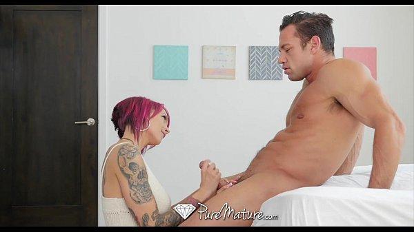 Cena de sexo com coroa tatuada muito gostosa