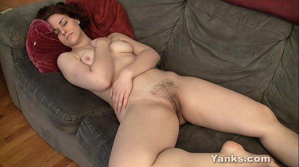 Mulher se masturbando gostoso no sofá