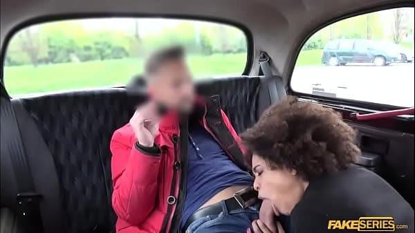 Novinha brasileira safada transando dentro do taxi