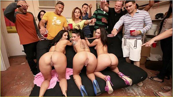 Nuas mulheres gostosas numa suruba fodendo