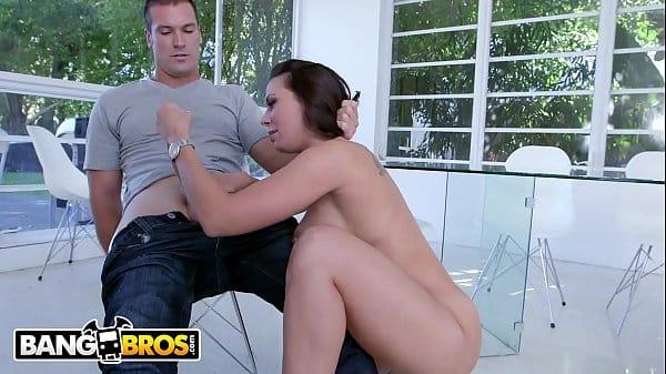 Nudevista morena muito gostosa transando com machos