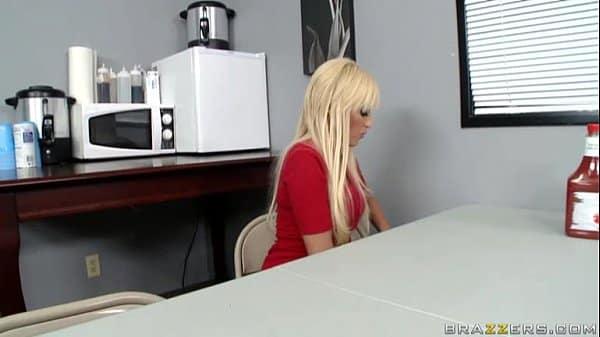 Porno xxx fudendo loira gostosa no escritório