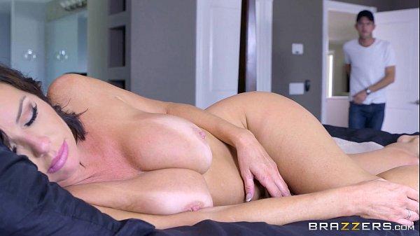 Sexo a força com coroa muito gostosa pelada