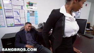Sexo no trabalho com secretária negra gostosa