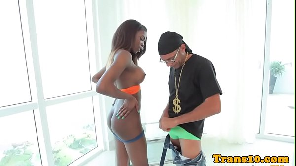 Travestis negra muito safada transando com negro dotado