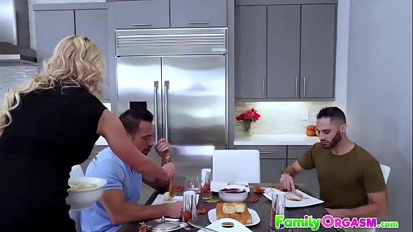 Orgasmo intenso enquanto fode com dois machos dotados