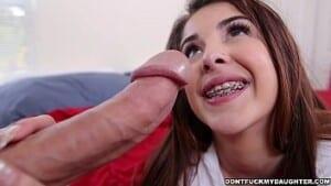 Mia Malkova em video porno fodendo sentando em pica grande