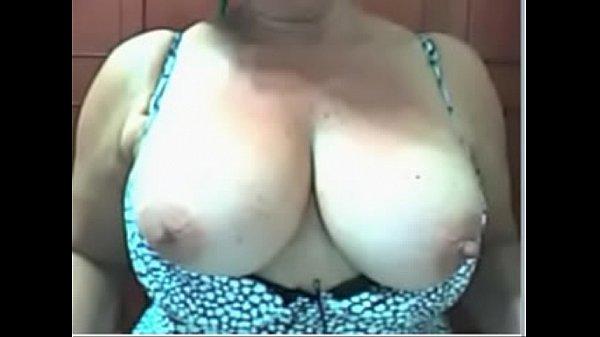 Coroa nua apenas de pijama mostrando peitos grandes na web cam