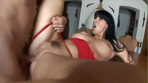 Morena urrando com a tora dura no cu