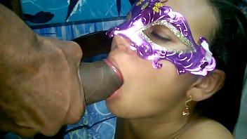 Mascarada tomando linguada na xoxotinha