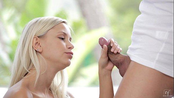 Novinha metendo com namorado massagista em cena forte de sexo