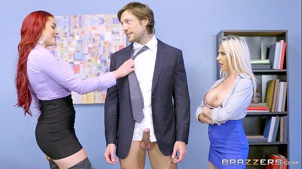 Putinhas comendo uma ruiva e uma bela loira em cena de sexo a três
