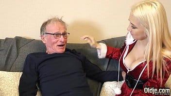 Neta loirinha chupa e fode com vovô de 70 anos