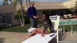 Samba porno com a brasileira dando na área da piscina