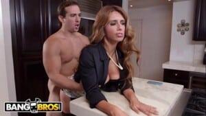 Acompanhante sjc pegando a tia peituda no banheiro